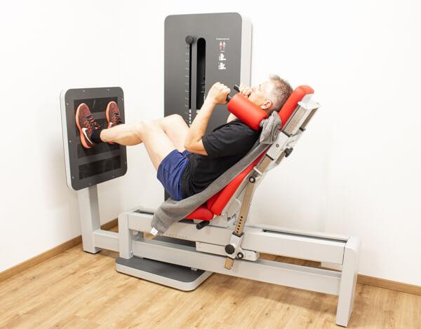 Physiotherapie Geräteraum Beinpresse Bild 2